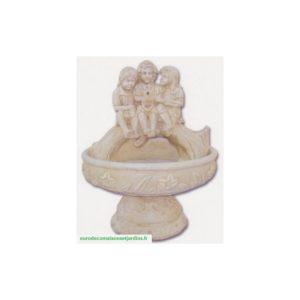 Fontaine à fleurs et enfants assis sur tronc-422