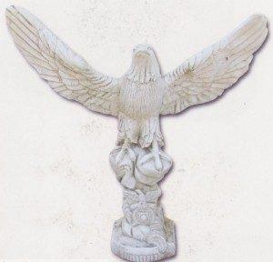 Aigle ailes ouvertes - sur totem