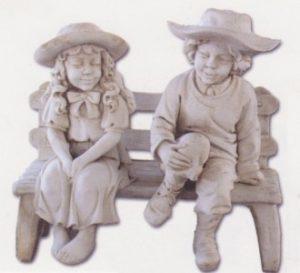 Banc et enfants avec chapeau