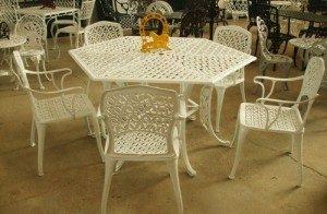 Table hexagone avec cinq chaises