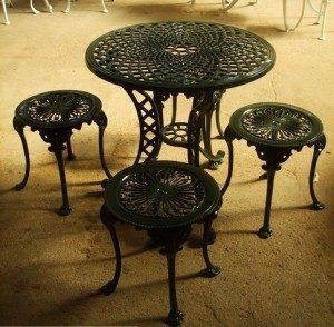 Table ronde avec quatre tabourets