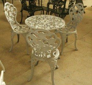 Table ronde avec trois chaises