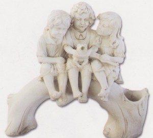 Trois enfants sur tronc