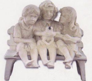Banc et trois enfants